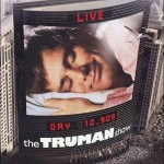 99'. Es la estrella de un programa de TV... pero no lo sabe. Truman desconoce que su ciudad es un gigantesco plató y que la gente son actores.