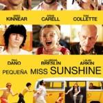 """98'. Olive , una niña de siete años, recibe una invitación para participar en el concurso de belleza infantil """"Pequeña Miss Sunshine"""", en California. Toda la familia peculiar se dirige hacia allí."""