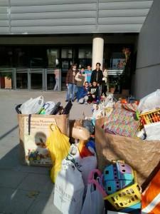 Los/as alumnos/as ayudan a cargar